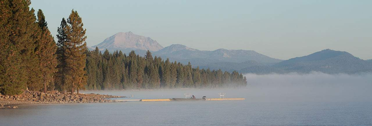 1280px-Early_morning_at_Lake_Almanor